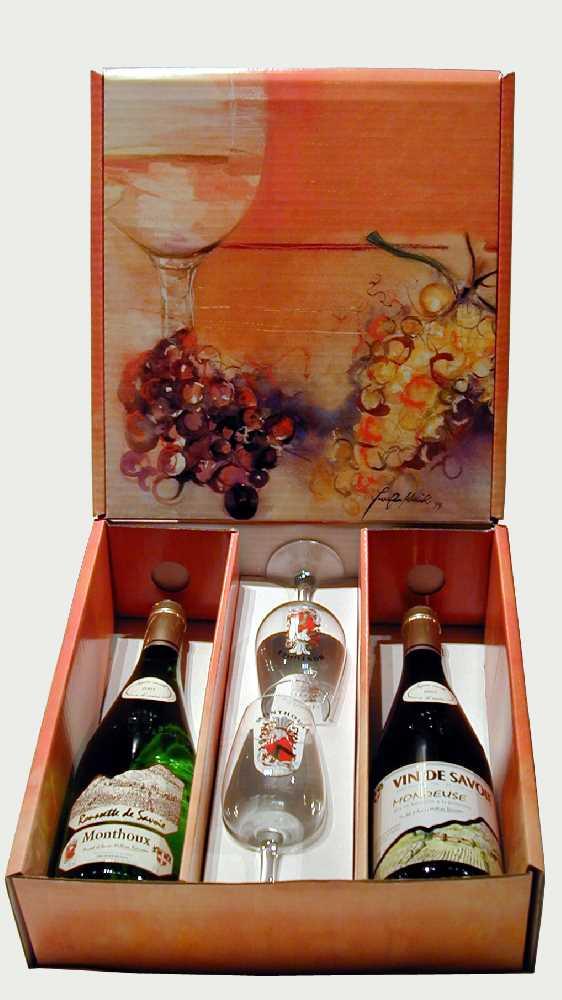 Zwei Weinflasche und zwei Gläser aus den Savoyen in einer fantasievollen Verpackung