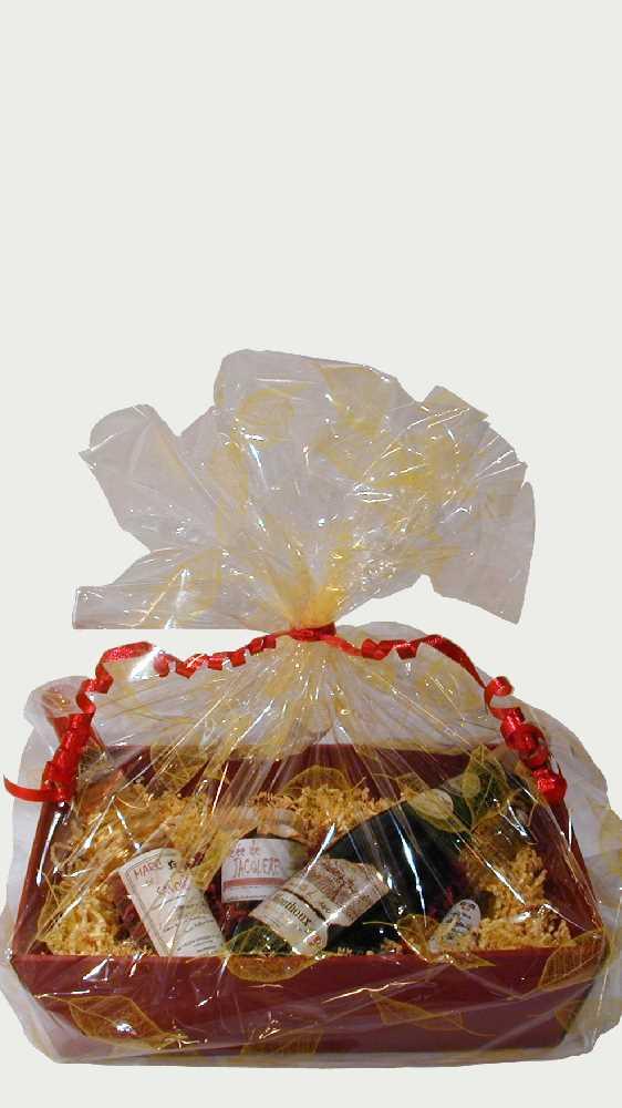 Ein schöner Korb mit Likör- und Weinflaschen aus den Savoyen zum schenken