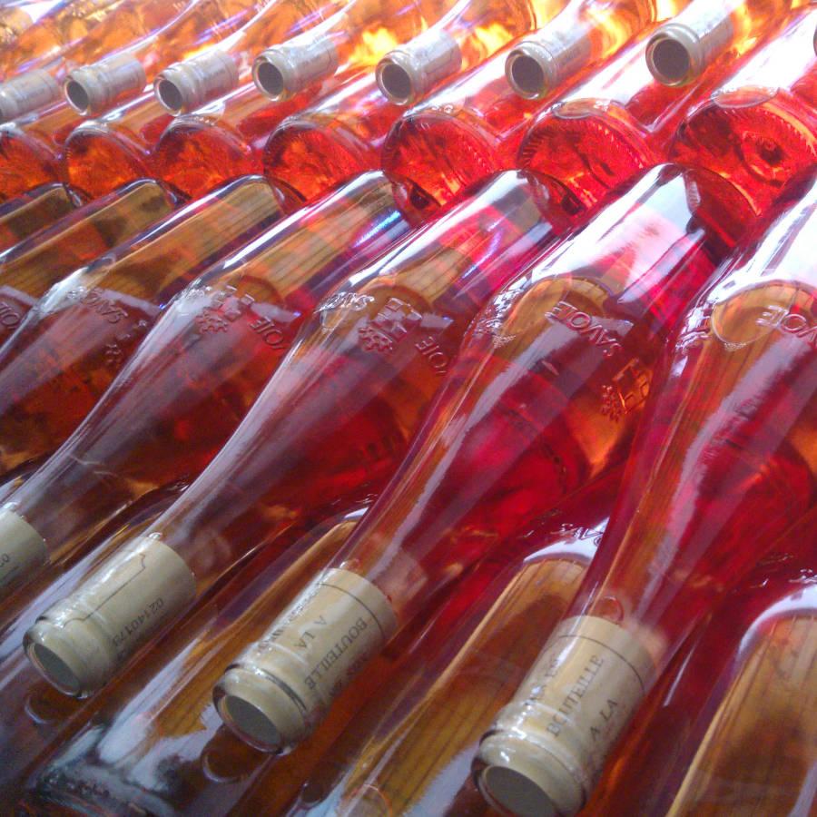 Bouteilles de vin rosé de Savoie empilées